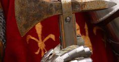 ¿Qué tipo de ropa usaban los caballeros medievales?. Los caballeros llevaban más que una armadura. Varias piezas de ropa perfectamente integradas en la armadura protegían al caballero tanto del campo de batalla como de las condiciones climáticas adversas. Los estilos de ropa que los caballeros usaban en la batalla eran en su mayoría diseñados para ser prácticos, aunque algunos aspectos de la ropa le ...
