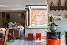 Reforma em cobertura na Asa Norte. Projeto finalizado em Setembro. Foto: Haruo Mikami. #arquitetura #architecture #arquitectura #pool #design #interiordesign #interiors #decor #decoration #red