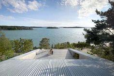 WOW! På soldekket er det bare å hengi seg til naturen. På taket ligger galvaniserte stålplater.