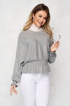 Bluza din tricot reiat, fin si elastic, cu un croi larg si aparte. Este prinsa in elastic in partea inferioara, cat si la maneci. Are gat inalt, realizat din dantela. Casual, Tricot