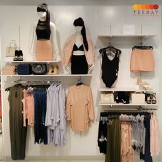 Add up this creative design to enhance the beauty of your boutique interior. Ideas De Boutique, Boutique Decor, Clothing Boutique Interior, Boutique Interior Design, Clothing Store Displays, Clothing Store Design, Clothing Racks, Visual Merchandising Displays, Retail Design