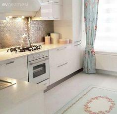 Naz hanımın aydınlık mutfağı, mavi ve pembe aksesuarlarla cıvıl cıvıl bir görünüme bürünüyor. Evin tamamından fotoğraflar da çok yakında geliyor.. Mutfak dolapları akrilik, tezgah Belenco Angel Whi...