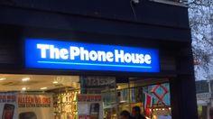 Sterk. Het is groot en verlicht. Het is een bekende winkel. Door de kleuren blauw en wit valt deze reclame goed op.
