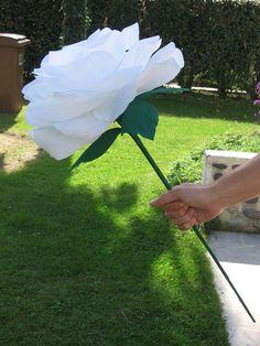 DIY flowers in shards in our decor! Giant Flowers, Lace Flowers, Wedding Flowers, Paper Flowers Craft, Flower Crafts, Paper Crafts, Diy Fleur Papier, Flores Diy, Diy Birthday