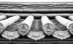 기와에 대한 이미지 검색결과 Korean Traditional, Traditional House, Chinese Architecture, Art And Architecture, Roofing Felt, Roof Detail, Korean Aesthetic, Clay Tiles, Roof Tiles