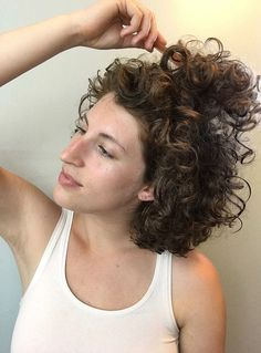 Curly hair: morning revival techniques Source by wonshit Crazy Curly Hair, Thin Curly Hair, Curly Hair Tips, Curly Hair Care, Frizzy Wavy Hair, Dry Hair, Permed Hairstyles, Diy Hairstyles, Wedding Hairstyles