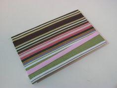 Case feito em cartonagem, tecido 100% algodão possui bolso para você levar dinheiro cartão e até o documento do carro, fechamento em elástico colorido. Podendo ser feito em outras estampas. Ideal para Iphone, Galaxy s3 e s4. R$ 18,00