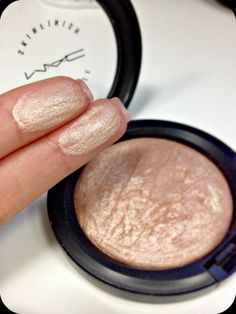 Mac Mineralize Skin Finish Soft And Gentle Makeup Highlighter Too Faced Highlighter, Highlighter For Dark Skin, Concealer, Best Highlighter Makeup, Highlighting Makeup, Cream Highlighter, Bronzer, Drugstore Makeup, Makeup Tricks