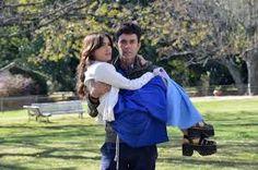 Esperanza (Julia) se lastima el tobillo tratando de llevar a una yegua a su establo. Tomas regresa y la carga