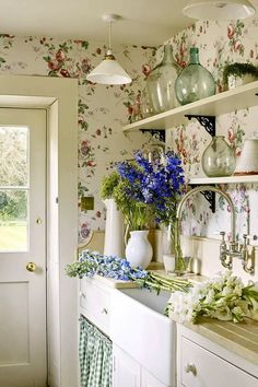 "Good No Cost Shabby Chic Kitchen cottage Style Along with the phrase ""shabby chic"" the earliest items that spring in your thoughts will be troubled, retro, previo Cortinas Shabby Chic, Rideaux Shabby Chic, Shabby Chic Curtains, Shabby Chic Living Room, Shabby Chic Homes, Shabby Cottage, Cottage Farmhouse, Garden Cottage, White Cottage"