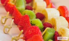 Des brochettes de fruits gourmandes pour votre fête d'anniversaire au thème #lama #americalatina 30th Birthday Parties, Tropical Party, No Cook Desserts, Summer Recipes, Fruit Salad, Sweet Treats, Good Food, Food And Drink, Kiwi