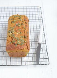 pompoencake. Ingredienten voor 1 cake (23 cm); 250 gr pompoen, 200 gr speltmeel, 3 eieren, 40 gr rozijnen, 40 gr hazelnoten, 2 el pompoenpitten, 2 el maple syrup, 2 tl bakpoeder, 2 tl speculaaskruiden