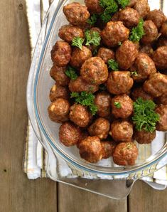 Da jeg fant ut at kjøttboller kunne stekes i ovnen, ble de små smaksbombene plutselig enkle å lage. På veien fra stekepannen til ovnen endret altså kjøttbollene status; fra å være en populær, men ganske tidkrevende rett å lage, ble det både godt og enkelt. I tillegg til at kjøttbollene kan brukes til alt - middag, et par stykker til kvelds, en liten neve til lunsj sammen med salaten, som fingermat, som en egen rett på tapasbordet - kan kjøttboller varieres i det uendelige smaksmessig - etter båd