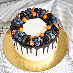 Oreo is synonymous with global chocolate-flavored biscuits. The recent Oreo + cake combination is very popular! Not only enrich the shape of the cake, but Gateau Iga, Fruit Birthday Cake, Cake Recipes, Dessert Recipes, Bolo Cake, Crazy Cakes, Dessert Decoration, Just Cakes, Drip Cakes