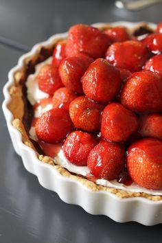 Det vrimler med jordbær og det er bare med at svælge i dem, mens tid er. Når man alligevel skal have gæster skal det da udnyttes og selvfølgelig med den klassiske jordbærtærte. Det sidder altså lige i øjet. Altid. Man kunne lave gennemført en, med mazarinmasser, creme og hele pivtøjet.. meeen man kan også bare...Læs Mere »