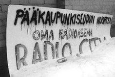 Vuonna 1985 Suomi koki eetterimullistuksen: 19 yksityistä paikallisradiota aloitti toimintansa. Radio Cityn ja YLEn ero olisi mm. lässytyksen puute.