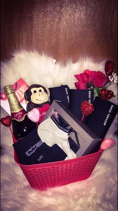 60 Adorable DIY Valentine's Day Gift Baskets For Him That He'll Love a Lot - Hike n Dip Informations Valentines Day Baskets, Valentines Gifts For Boyfriend, Boyfriend Anniversary Gifts, Valentines Diy, Valentine Day Gifts, Anniversary Gift Baskets, Creative Gifts For Boyfriend, Cute Boyfriend Gifts, Boyfriend Gift Basket