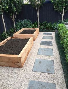 Both beginning and experienced gardeners love raised garden beds. Here are 30 cool ideas for raised garden beds, from the practical to the extraordinary. 30 Raised Garden Bed Ideas via Landscape Borders, Garden Borders, Garden Path, Gravel Garden, Wooden Garden Edging, Side Garden, Rooftop Garden, Garden Boarders Ideas, Diy Garden Box