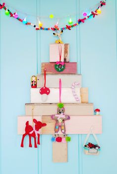 Kitschy Pallet Christmas Tree   Have Yourself  a Kitschy Little Christmas