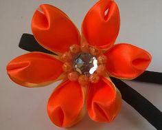 Tiara de elástico com flor de fita de cetim duas cores R$ 15,00