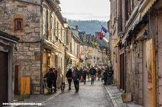 Rocamadour está considerado uno de los pueblos más bonitos de Francia y es además un importante centro de peregrinación.  #francia #viajarfrancia #viaje #viajar #amanecer #lugaresquevisitar #rocamadour #midipyrenees #fotosdeviaje #fotografia Street View, Medieval Town, Medieval Castle, Southern France, House Architecture, Dawn
