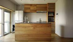 Oさんのキッチン。コーリアンラバロックとクルミを使ったキッチンを作らせていただきました。リビングから見た様子。クルミの色のばらつきを出すというこの印象がとても良くまとまっております。
