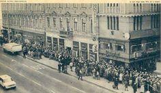 Bánfi-hajszeszért sorban álló emberek, 1979, Budapest Old Pictures, Old Photos, Vintage Photos, Hungary Travel, Budapest Hungary, Vintage Photography, Historical Photos, Paris Skyline, Retro Vintage