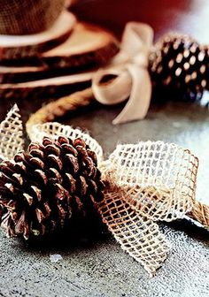 Pretty Natural Garland Brush pinecones with gold paint and glitter; Attach pinecones to hemp rope using heavy-gauge gold-tone wire. Tie bows of neutral ribbon over the wires. Drape the garland along your tabletop as a natural centrepiece. Burlap Christmas, Noel Christmas, Winter Christmas, Christmas Decorations, Country Christmas, Xmas, Simple Christmas, Fireplace Decorations, Natural Christmas