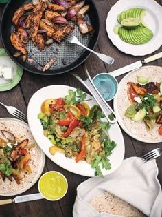 This healthy fajita recipe shows you how to make fajitas at home. Sticking to super-lean chicken breasts is the key to making super-food fajitas here. Chicken Fajita Rezept, Chicken Fajitas, Chapati, Paninis, Healthy Fajita Recipes, How To Make Fajitas, Quesadillas, Enchiladas, Jamie Oliver Chicken