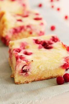 Leipomo: Juustokakkublondiesit puolukalla Sweet Pastries, Sweet Pie, Dessert Bars, Sweet Recipes, Sweet Tooth, Berries, Cheesecake, Deserts, Food And Drink