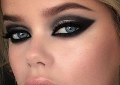 #MakeupTip Για σήμερα, επιλέξτε ένα κλασσικό σμόκι μακιγιάζ για να δώσετε ένταση στο βλέμμα σας . Makeup Geek, Eye Makeup, Hair Makeup, Beauty Secrets, Beauty Hacks, Beauty Tips, Beautiful Eyes, Make Up, Editorial