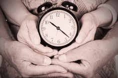 #Kinderwunsch-Mythos: Die #biologische #Uhr tickt nur bei Frauen  Zwar produzieren Männer bis ins hohe Alter #Spermien, dennoch nimmt die Qualität und Quantität der Spermien mit zunehmendem Alter ab. Alter, Trying To Conceive, Biology, Clock