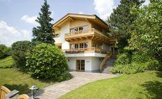 """Das """"Haus Scherer"""" im alpinen Stil, modern interpretiert. Ein schmuckloses, schadstoffbelasteten 80er-Jahre-Bungalow wird zum alpenländischen, wohngesunden Mehrfamilienhaus mit höchstem Freizeitwert. Das Haus ist mit Strom beheizt, zusätzlich unterstützt mit Kaminöfen in beiden Wohngeschossen, Fußboden- und Wandflächenheizung."""