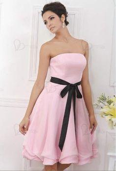 Vestido de cóctel sin tirantes hermoso hecho asequible para despertar a la princesa sueño en ti. Un cinturón de lazo para poner más encanto al vestido y la falda muy bien confusa.