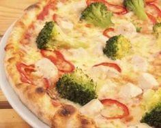 Pizza aux brocolis, poivrons, jambon et mozzarella légère : http://www.fourchette-et-bikini.fr/recettes/recettes-minceur/pizza-aux-brocolis-poivrons-jambon-et-mozzarella-legere.html
