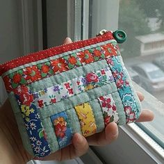 Don't Fear the Zips! Two Easy Zipper Pouch Tutorials Quilted Gifts, Quilted Bag, Fabric Bags, Fabric Scraps, Pochette Diy, Sewing Machine Stitches, Zipper Pouch Tutorial, Pouch Bag, Pouches