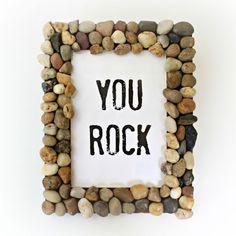 Separe pedras que você goste e desenvolva um artesanato com porta-retrato (Foto: morenascorner.com)
