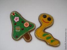 Voici une idée à retenir pour des petits cadeaux de Noël fait main: de la laine à feutrer, des fermetures Eclair usagées, et du feutre...aussi des attaches pour créer les broches et de la colle à textile. Quelques exemples: un sapin et un coeur stylisé...
