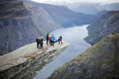 Picture of people standing on Trolltunga in Norway