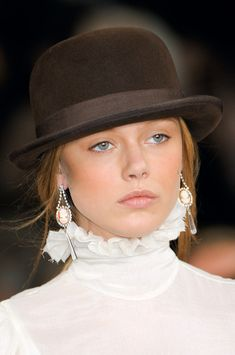 Which face shapes do you think looks best in a derby? Frida Gustavsson at Ralph Lauren Frida Gustavsson, Estilo Glamour, Look Fashion, Womens Fashion, Ralph Lauren Style, Love Hat, Mode Style, New York Fashion, Beanies