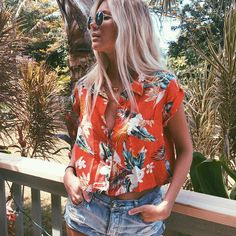 The salty blonde - tropical Hawaiian print shirt Luau Outfits, Hawaii Outfits, Style Outfits, Summer Outfits, Hawaiian Themed Outfits, Hawaiian Party Outfit, Hawaii Clothes, Floral Outfits, Summer Fashion Trends