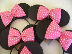 Arco da Minie em plástico, orelhas em EVA e lacinho em algodão rosa com poá e fita. Pode ser feita tiara do Mickey para os meninos somente com as orelhinhas, sem o laço de fita(ver produto no link http://www.elo7.com.br/arco-do-mickey/dp/19D442). Fazemos os laços em outras cores sob consulta.  Pedido mínimo 10 peças. R$4,00