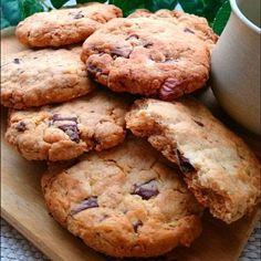 30分cook❤袋でシャカシャカ~振ってカットするだけの、お手軽なのに本格的なアメリカンクッキー❤ザックザクな食感が、とっても美味しい『ザクッキー❤』をご紹介します なんとなく、ペコ家ではこれ、「マ○ビティのビスケット」って言われています❤ 「ザックザク」+「クッキー」⇒『ザクッキー』 …またまた、さぶぅっッッー……(苦笑) あっという間にできるのですが、シャカシャカ振って袋で作れて、しかも洗い物要らず ❗ 生地ができたら、最後に袋をカットして、そのまま生地を手で丸めて、天板にぎゅっと押し付けるだけ❤ もちろんバターは使わず、菜種油を使用しました。 なので、とってもhealthy❤ フィリングはチョコと胡桃にしました。 (各30㌘) 焼きたてはまだ柔らかめなので、天板の上で冷まします。 すぐにしっかり固まりますので、ザクザクな食感が楽しめますの~⤴✨✨✨ 今日のコーヒータイムは、このクッキーで一息ブレイクしませんか?☕❤ ペコ。❤