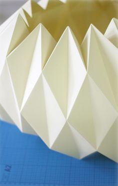 Veja como fazer luminária de papel em simples passos e de forma barata! O resultado é lindo e deixará a sua casa ainda mais estilosa! Confira!