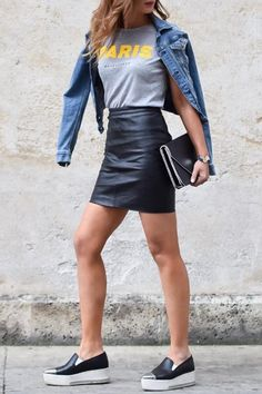 ❤️ Mini leather skirt: 10 outfit ideas on stylee.fr Here: Popsugar – Casual outfit made of leather miniskirt with t-shirt, denim jacket and slip-on. Mode Outfits, Casual Outfits, Fashion Outfits, Womens Fashion, Fashion Trends, Fasion, Sneakers Fashion, Fashion Tips, Fashion Ideas