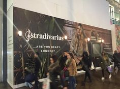 <p>Inditex refuerza su presencia en Londres con la apertura de una macrotienda de Stradivarius en Osford Street.</p> <p>La macrotienda verá la luz antes del próximo verano, y con ello verá reforzada su presencia en el Reino Unido, donde tiene en la actualidad 102 establecimientos, 79 de Zara y Zara Home, 11 de Massimo Dutti, 7 de Pull & Bear, 5 de Bershka y 1 de Stradivarius.</p> <p></p> <p></p>