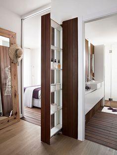 Houten vloer en wand in slaapkamer