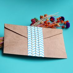 Detalhe do envelope de convite de casamento na praia