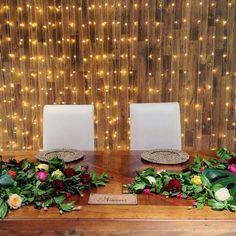 Mesa dos noivos com cortina de luzinha ao fundo e arranjo de mesa como trilho Floral ! ⭐️✨ Tendência que a gente continua apostando pra 2017!!!  de ontem no #casamentokaduevane  #asfloristasdecor #decoracaocriativa #weddingdecor #weddingflowers #casamentocuritiba #mesadosnoivos