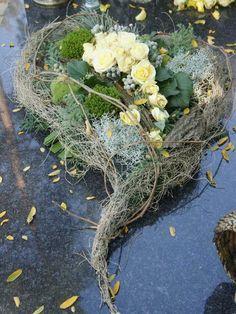 Bildergebnis für floral compositions for the autumn monument - DIY Funeral Flower Arrangements, Beautiful Flower Arrangements, Beautiful Flowers, Grave Flowers, Funeral Flowers, Deco Floral, Arte Floral, Funeral Sprays, Cemetery Decorations